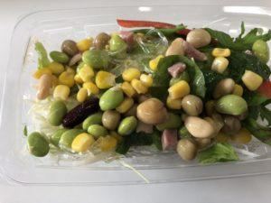 豆が豊富なサラダ